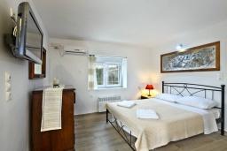 Спальня. Греция, Амудара : Уютная вилла с бассейном, джакузи, барбекю, парковкой, Wi-Fi