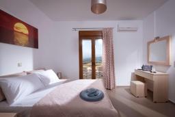Спальня. Греция, Панормо : Прекрасная вилла с бассейном и видом на море, 2 спальни, 2 ванные комнаты, парковка, Wi-Fi