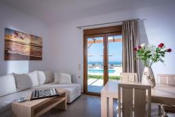 Гостиная. Греция, Панормо : Прекрасная вилла с бассейном и видом на море, 2 спальни, 2 ванные комнаты, парковка, Wi-Fi