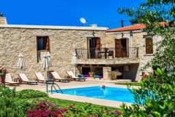 Фасад дома. Греция, Панормо : Традиционная каменная вилла с бассейном, барбекю и зеленым двориком, 6 спален, 4 ванные комнаты, парковка, Wi-Fi