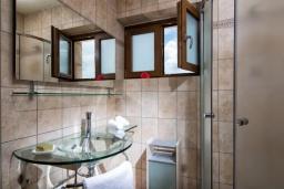 Ванная комната 2. Греция, Коккини Хани : Прекрасная вилла с бассейном и зеленым двориком, 3 спальни, 2 ванные комнаты, парковка, Wi-Fi
