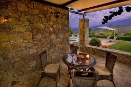 Терраса. Греция, Панормо : Уютная вилла с бассейном и зеленым двориком с барбекю, 1 спальня, парковка, Wi-Fi