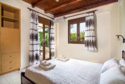 Спальня. Греция, Панормо : Уютная вилла с бассейном и зеленым двориком с барбекю, 1 спальня, парковка, Wi-Fi