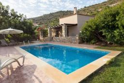 Фасад дома. Греция, Панормо : Уютная вилла с бассейном и зеленым двориком с барбекю, 2 спальни, парковка, Wi-Fi