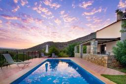 Бассейн. Греция, Панормо : Уютная вилла с бассейном и зеленым двориком с барбекю, 2 спальни, парковка, Wi-Fi