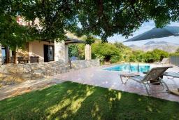Территория. Греция, Панормо : Уютная вилла с бассейном и зеленым двориком с барбекю, 2 спальни, парковка, Wi-Fi