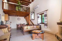 Гостиная. Греция, Панормо : Уютная вилла с бассейном и зеленым двориком с барбекю, 2 спальни, парковка, Wi-Fi