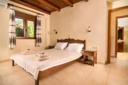 Спальня. Греция, Панормо : Уютная вилла с бассейном и зеленым двориком с барбекю, 2 спальни, парковка, Wi-Fi