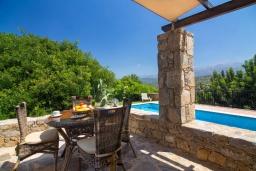 Терраса. Греция, Панормо : Уютная вилла с бассейном и зеленым двориком с барбекю, 2 спальни, парковка, Wi-Fi