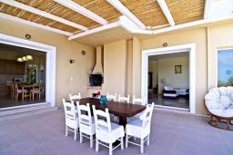 Обеденная зона. Греция, Ретимно : Роскошная вилла с бассейном и зеленым двориком с барбекю, 5 спален, 2 ванные комнаты, парковка, Wi-Fi