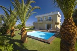 Фасад дома. Греция, Ретимно : Роскошная вилла с бассейном и зеленым двориком с барбекю, 5 спален, 2 ванные комнаты, парковка, Wi-Fi