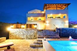 Фасад дома. Греция, Ретимно : Роскошная вилла с бассейном и двориком с барбекю, 6 спален, 2 ванные комнаты, парковка, Wi-Fi