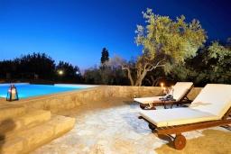 Зона отдыха у бассейна. Греция, Ретимно : Роскошная вилла с бассейном и двориком с барбекю, 6 спален, 2 ванные комнаты, парковка, Wi-Fi