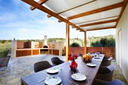 Обеденная зона. Греция, Ретимно : Роскошная вилла с бассейном и двориком с барбекю, 6 спален, 2 ванные комнаты, парковка, Wi-Fi