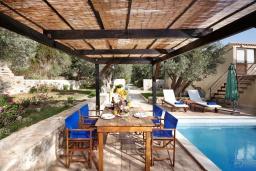 Зона отдыха у бассейна. Греция, Превели : Роскошная вилла с бассейном и двориком с барбекю, 2 спальни, 2 ванные комнаты, парковка, Wi-Fi